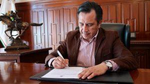 Cuitláhuac García firma decreto de subsidio del 100% a la tenencia vehicular en Veracruz