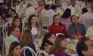 """Encabeza Christelle Castañón de Moreno """"Desayuno bazar navideño 2018"""" en Ciudad del Carmen"""