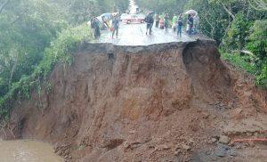 Deslaves por lluvias cortan circulación en Carretera 180, en Catemaco, Veracruz