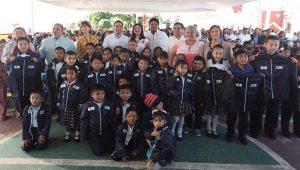 Pone en marcha Mauricio Vila Dosal la distribución de más de 208,000 chamarras para estudiantes yucatecos