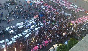 Taxistas protestan contra Uber y Cabify; cierran el Zócalo capitalino