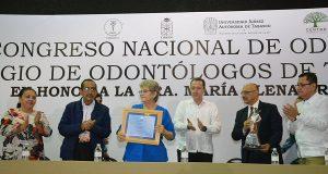 Reconocen trayectoria en odontología y docencia a María Elena Brito García de la UJAT