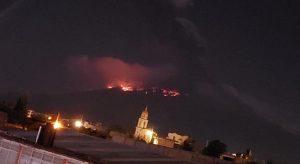 Popocatépetl vuelve a lanzar material incandescente y ceniza