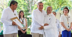 Reconoce Adán Augusto a fundadores de Escuela de Medicina Humana en la UJAT