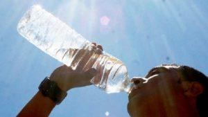 Exhortan a consumir líquidos para prevenir deshidratación