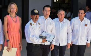 Entrega Aysa González Equipo Policial de la Secretaría de Seguridad Pública