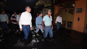 Recorre Adán Augusto calles afectadas por lluvias de colonia Miguel Hidalgo