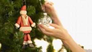 Poner adornos navideños hace más feliz a la gente: Expertos