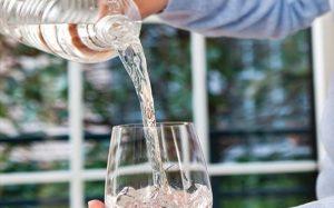 Baja ingesta líquidos incrementa riesgo de piedras en los riñones
