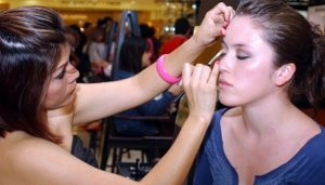 Mayor parte del maquillaje, contaminado con superbacterias: Estudio