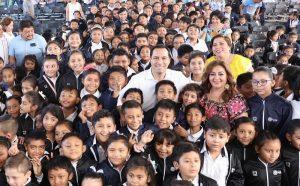 El Gobernador Mauricio Vila Dosal entrega chamarras para proteger la salud de los niños durante la época de frío