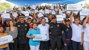 Entrega el Gobernador Mauricio Vila Dosal becas económicas a hijos de policías