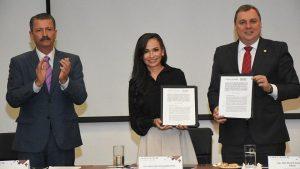 Laura Fernández firma convenio con CANACINTRA, a nombre de municipios de México