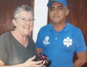 Empleado de Cultur devuelve cámara fotográfica que perdió una turista belga en Uxmal
