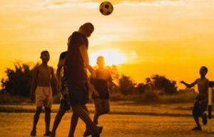Prohibirán a niños cabecear con el balón de fútbol