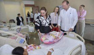 Victoria Damas de Aysa,visito al primer bebé nacido en el año 2020