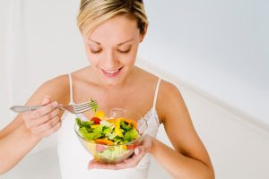 Especialistas sugieren cambiar hábitos alimenticios en fin de semana para bajar de peso