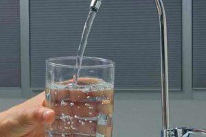 ¿Sabes cuántos litros de agua debes beber al día según tu edad?