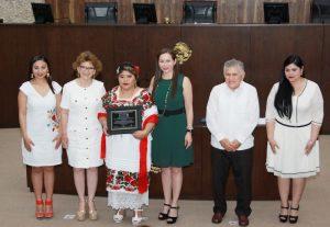 Gobierno de Yucatan se suma al reconocimiento de una partera maya