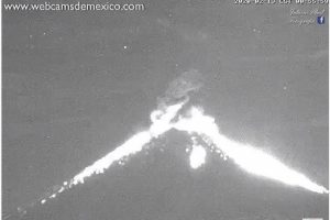 Fuerte explosión del volcán Popocatépetl despierta a ciudadanos en Puebla