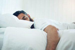 Errores más comunes antes de dormir y que pueden provocar sobrepeso