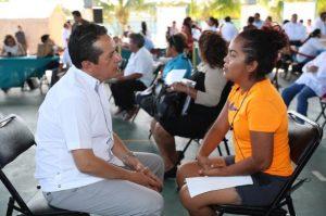 """El gobernador Carlos Joaquín escucha y atiende a la gente, en la audiencia """"Platícale al gobernador"""", en Isla Mujeres"""