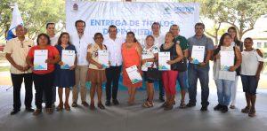 Carlos Joaquín entregó a más de 350 familias los títulos de propiedad, que dan certeza jurídica a sus patrimonios