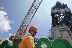 Barril de crudo mexicano recupera casi tres dólares tras «lunes negro»