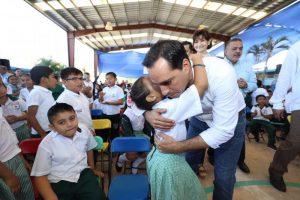 El Gobernador Mauricio Vila Dosal entrega mobiliario para escuelas públicas de Yucatán
