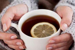 Agua tibia con limón y bicarbonato no previene el Covid-19