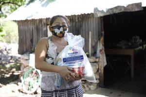 Continúa la distribución de paquetes alimentarios casa por casa para brindar seguridad alimentaria en Yucatán