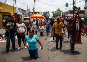 Creyentes de la 'Santa Muerte' visitan su altar en Tepito a pesar de la pandemia
