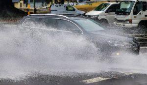 ¿Sabes conducir tu automóvil en una calle inundada?