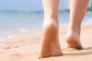 Alertan que caminar por la playa puede provocarte estos problemas