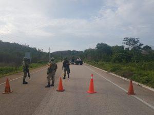 Mantienen cerrado tránsito vehicular en carretera por aterrizaje de aeronave en municipio de José María Morelos, Quintana Roo