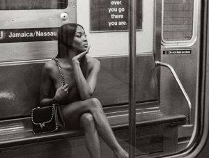 iDeslumbrante! Naomi Campbell posó desnuda en el subte de Nueva York