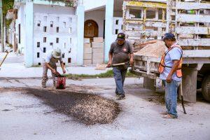 Reparan calles afectadas por lluvias en Tulum