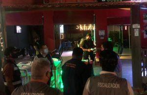 Clausura autoridades estatales y municipales dos negocios en Cancún por fiestas masivas