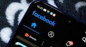 Facebook lanza versión 'modo oscuro' para su app móvil