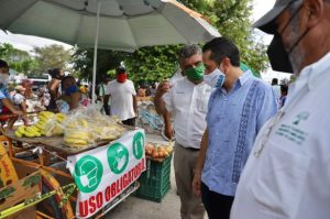 Carlos Joaquín invita a tianguistas de Cancún a no bajar la guardia y evitar regresar al color naranja