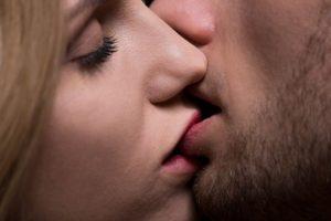 Descubre los beneficios que tienen los besos para tu salud