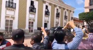 Tras bloqueo de CNTE, colocan vallas en zona cercana a evento de AMLO en Chiapas
